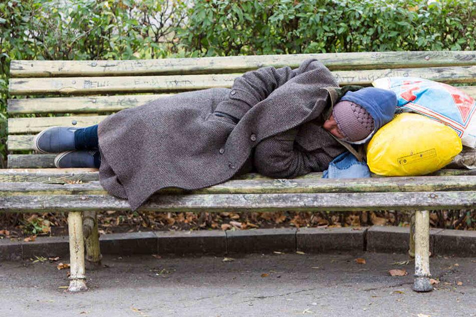Derzeit schwebt der Obdachlose in Lebensgefahr. (Symbolbild)