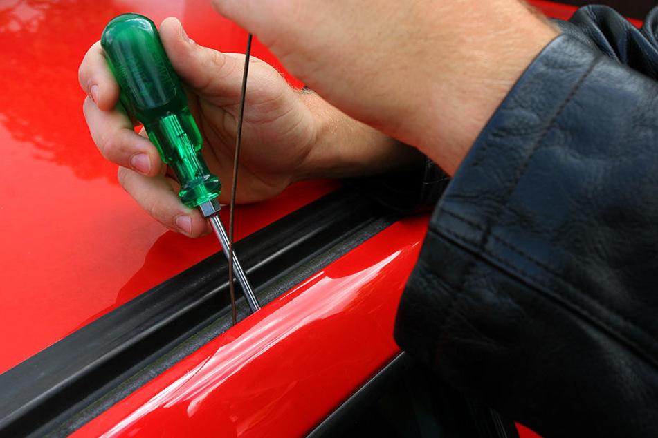 Ein Dieb knackt eine Autotür mit Schraubenzieher und einem Draht auf. Am Montag schlugen Unbekannte in Delitzsch zu (Symbolbild).