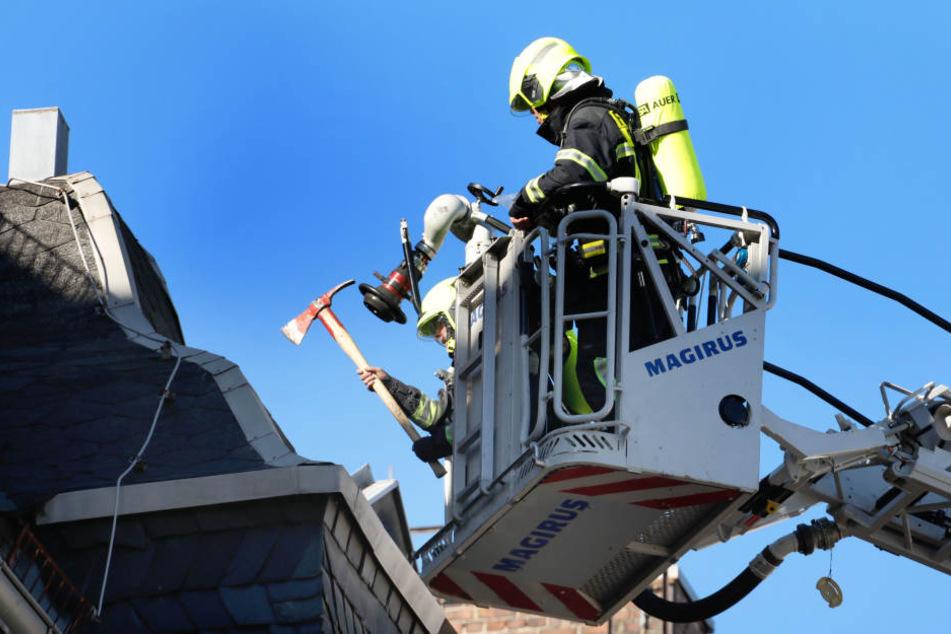 Die Feuerwehr untersucht das Dach.