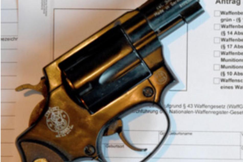 Köln: Mann schießt mit Revolver auf Tür, dahinter steht eine Frau und ihr Kind!