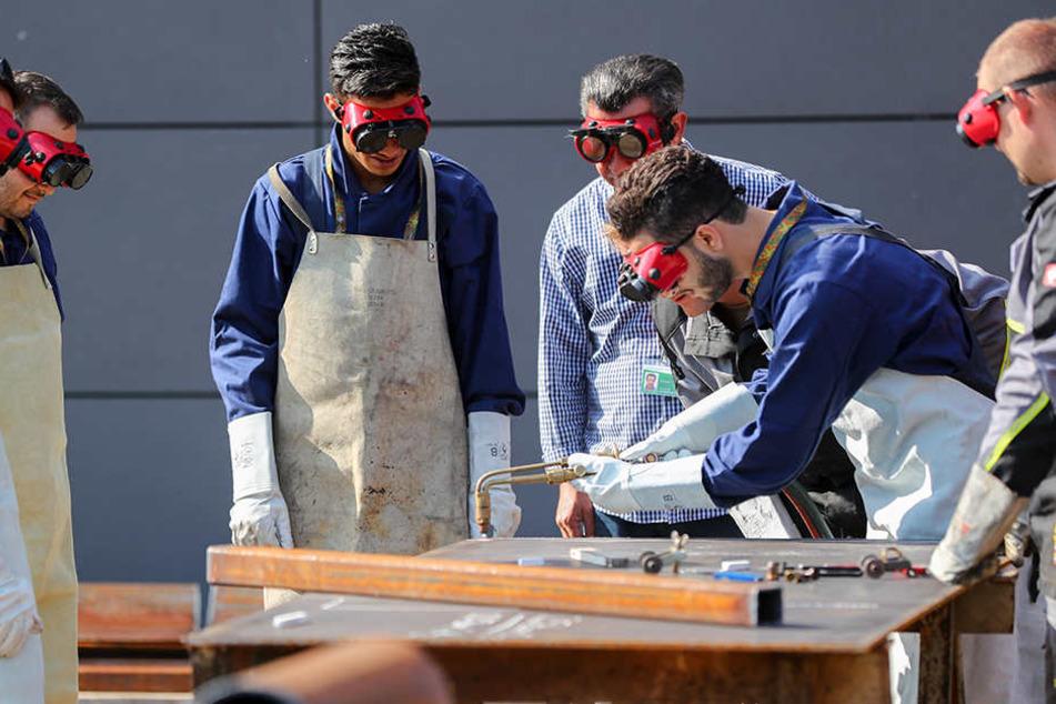 Je nach Herkunftsland und Aufenthaltstitel dürfen Flüchtlinge erst nach Monaten in Deutschland arbeiten.
