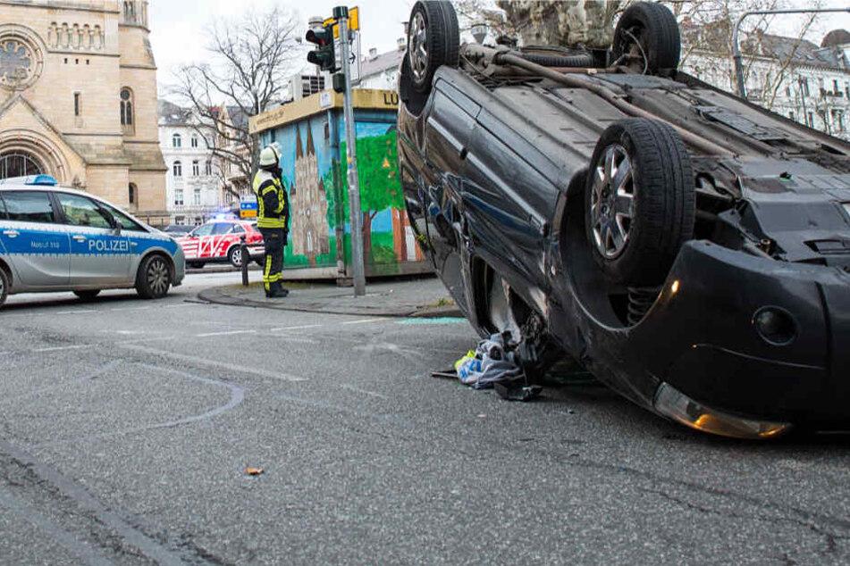 Das Auto eines jungen Mannes überschlug sich und blieb auf dem Dach liegen.