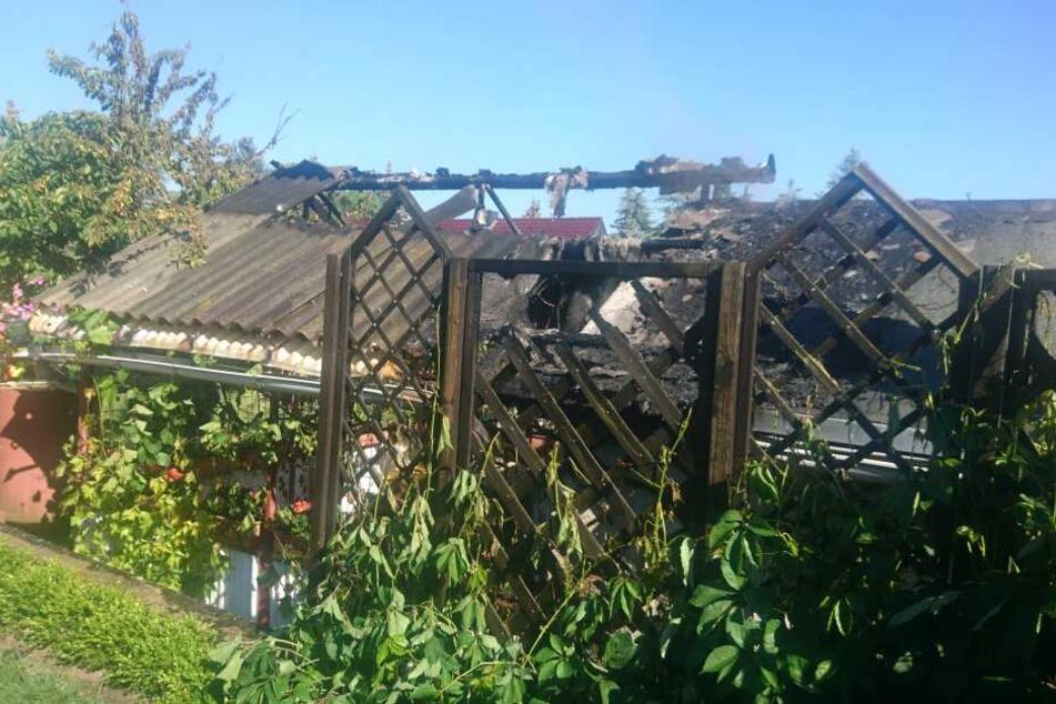 Bis auf das Vordach hatten sich die Flammen ausgebreitet.