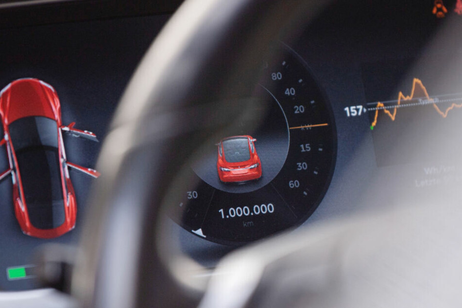 Die Tacho-Anzeige in einem Tesla Model S, Baujahr 2013 zeigt 1.000.000 Kilometer.