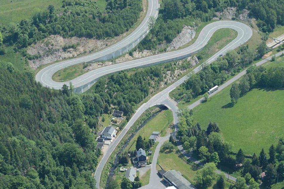Solche Kurven wie auf der Strecke zwischen Lauenstein und der A17 ziehen Biker magisch an.