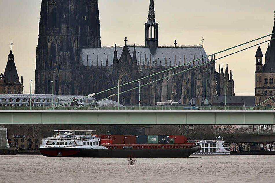 Der Rheinpegel in Köln stand am Dienstag bei etwa 7,22 Meter.