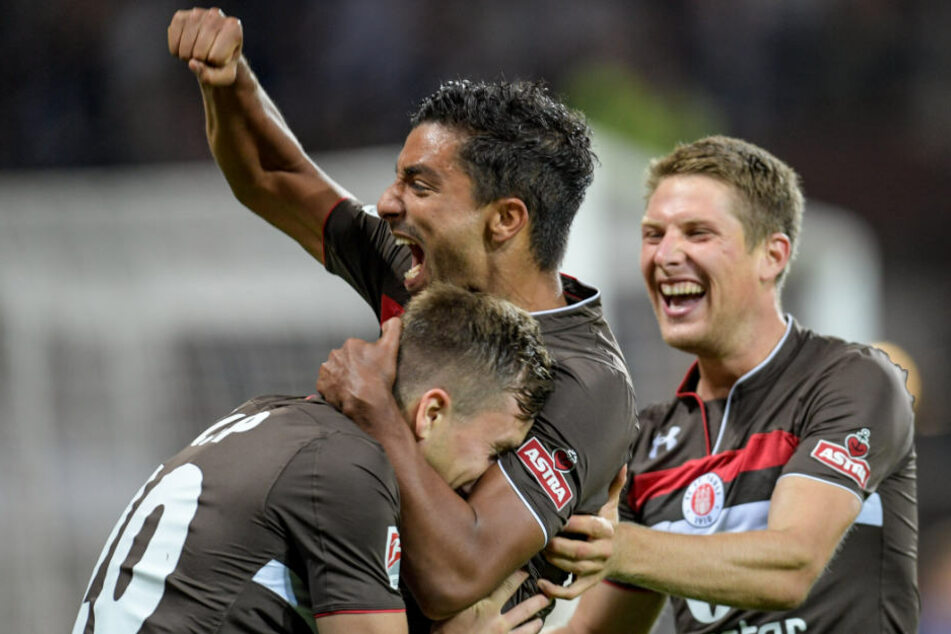 Richard Neudecker (links) erlöste den FC St. Pauli mit dem ersten Treffer. Sami Allagui (MItte) und Daniel Bulballa (rechts) feiern das Tor.