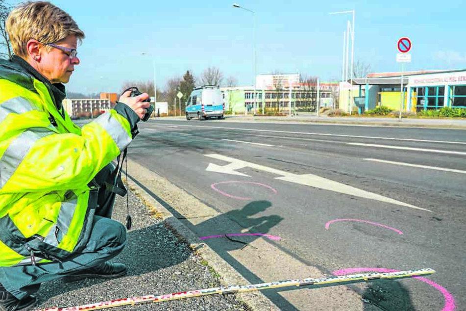 Die Polizei untersuchte die Spuren am Tatort in Bautzen. Eine Woche, nachdem hier eine Rentnerin (77) umgefahren wurde, konnte der geflüchtete Fahrer (82) geschnappt werden.