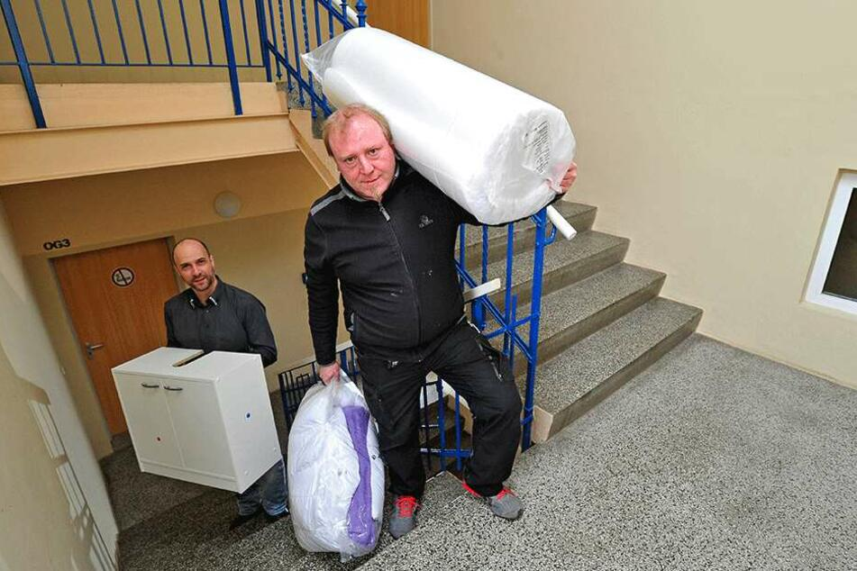 Jens Zückmantel (58) und Marcus Nieher (38, h.) suchen Helfer, um das Obdachlosenheim aufzumöbeln.