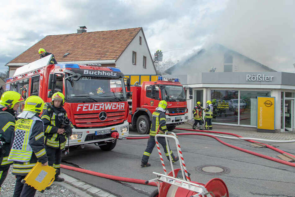 Feuerwehr-Großeinsatz im Erzgebirge: Brand in Autohaus ausgebrochen