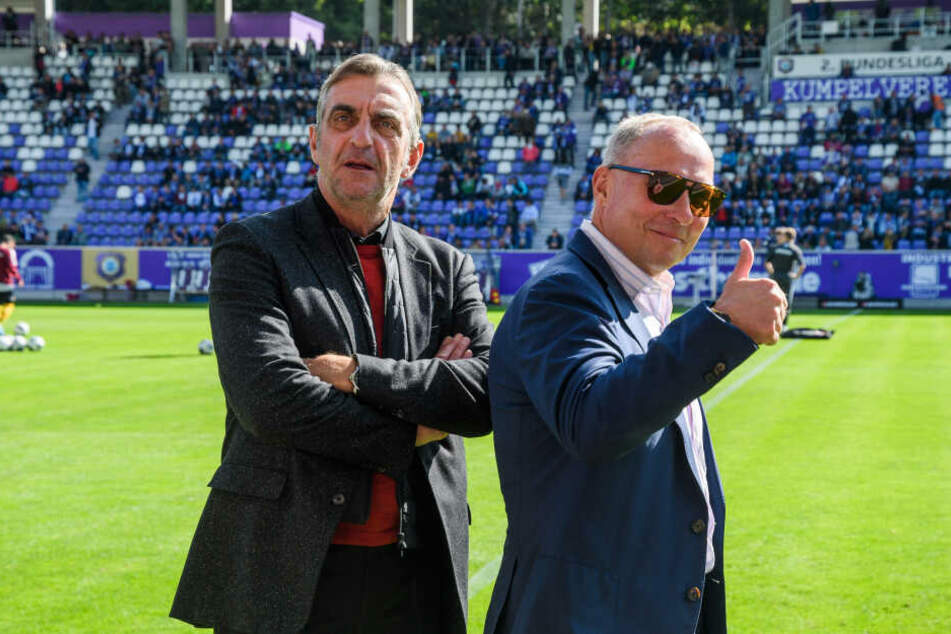 Bei Aues Boss Helge Leonhardt (r.) ging der Daumen hoch, Dynamos Sportdirektor Ralf Minge sah zumindest nach Abpfiff nicht glücklich aus.