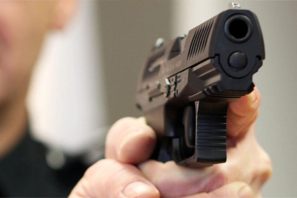Der Polizist zog die Waffe und gab einen Schuss ab (Symblbild).
