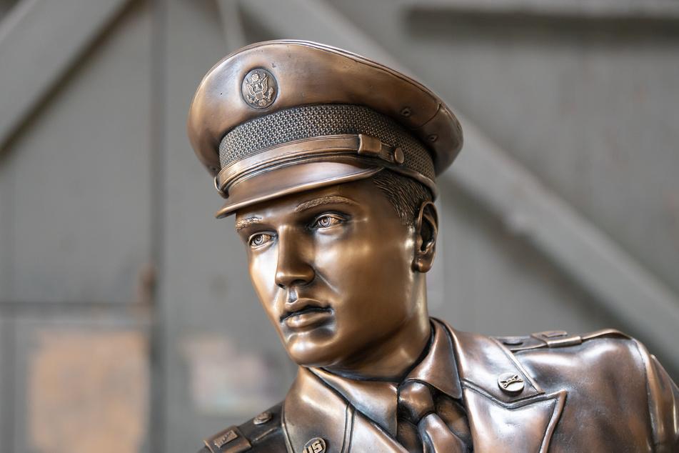 """Der """"King of Rock 'n' Roll"""", Elvis Presley (†42), wurde als Bronzefigur zu neuem Leben erweckt."""