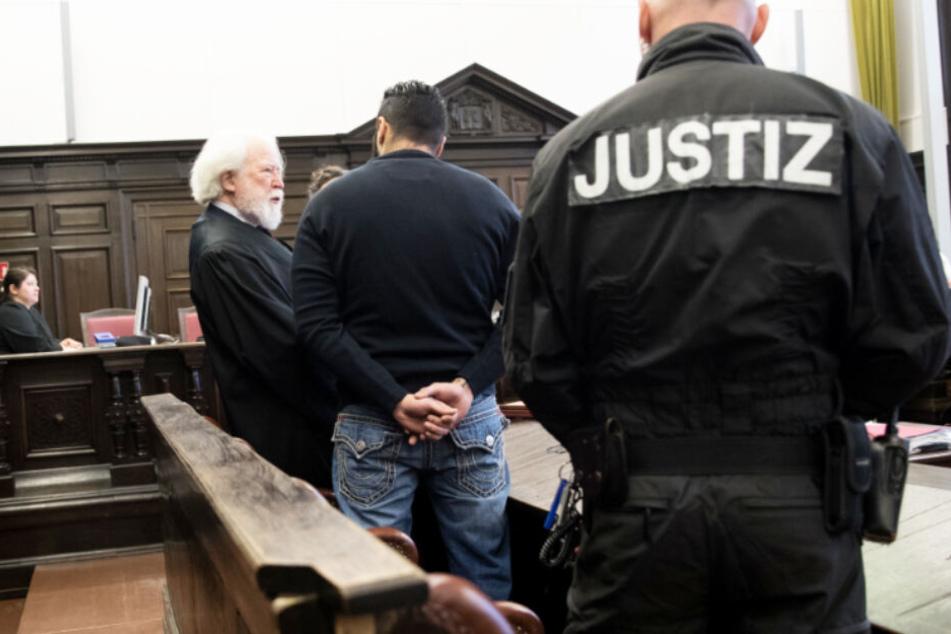 Der Angeklagte Arasch R. redet vor dem Prozess mit seinem Verteidiger. (Archivbild)