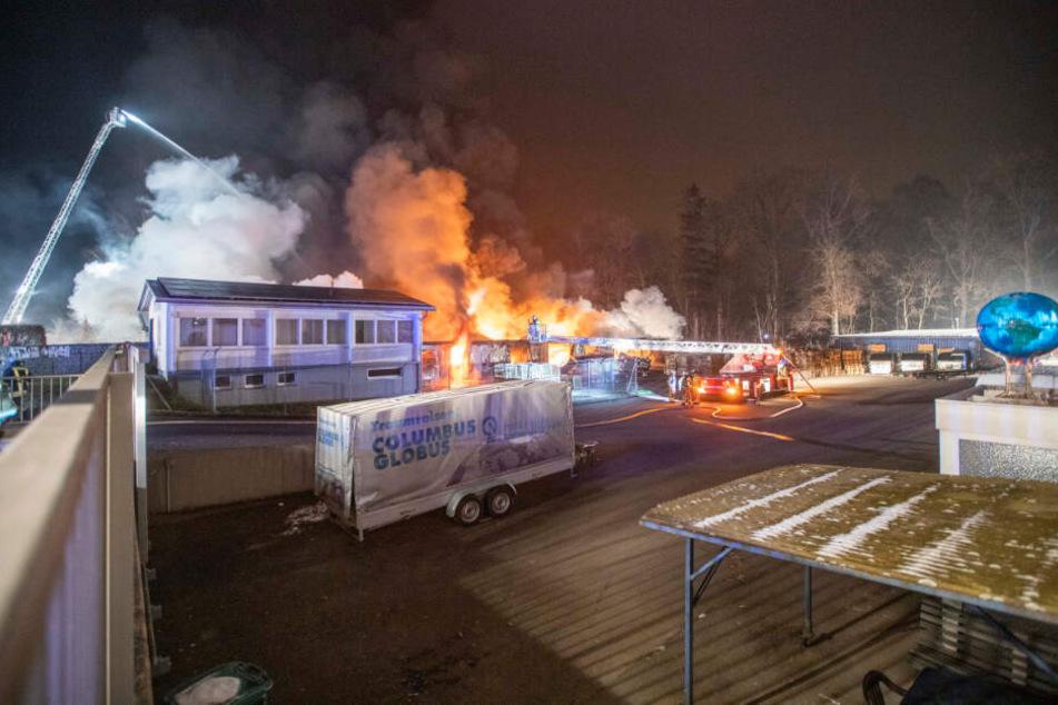 Die Lagerhalle des Globus-Herstellers brennt lichterloh.