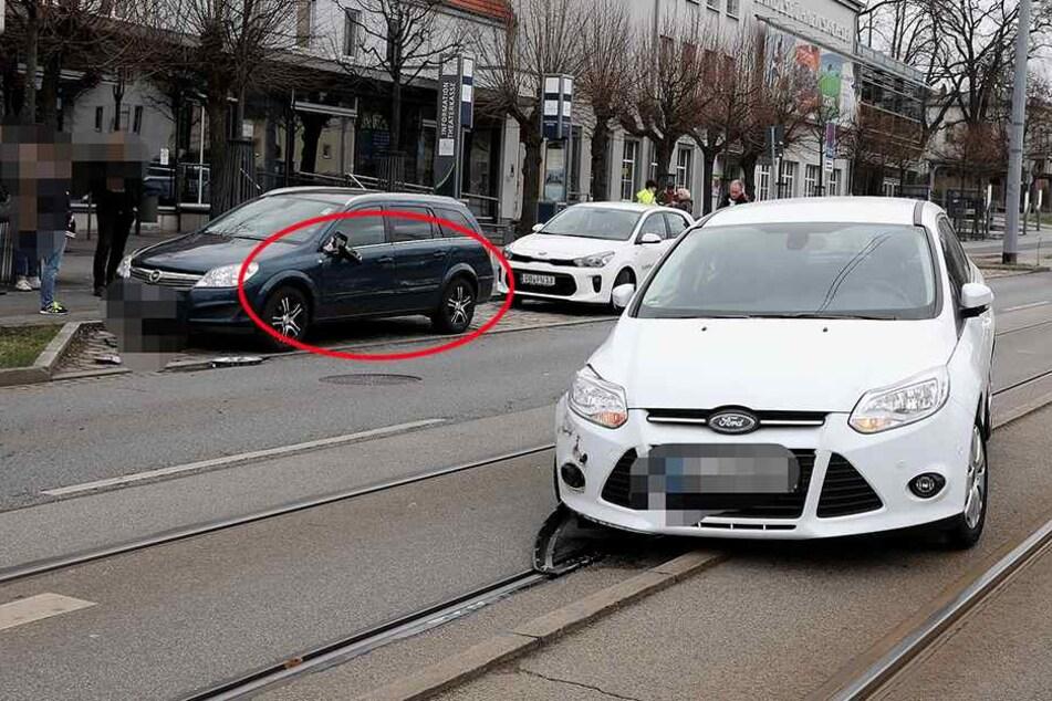 Vorne rechts der beschädigte Ford, links hinten der demolierte Opel.