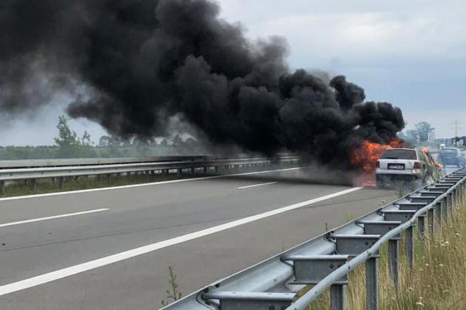 Dichter schwarzer Qualm stieg von den brennenden Autos auf der A26 auf.