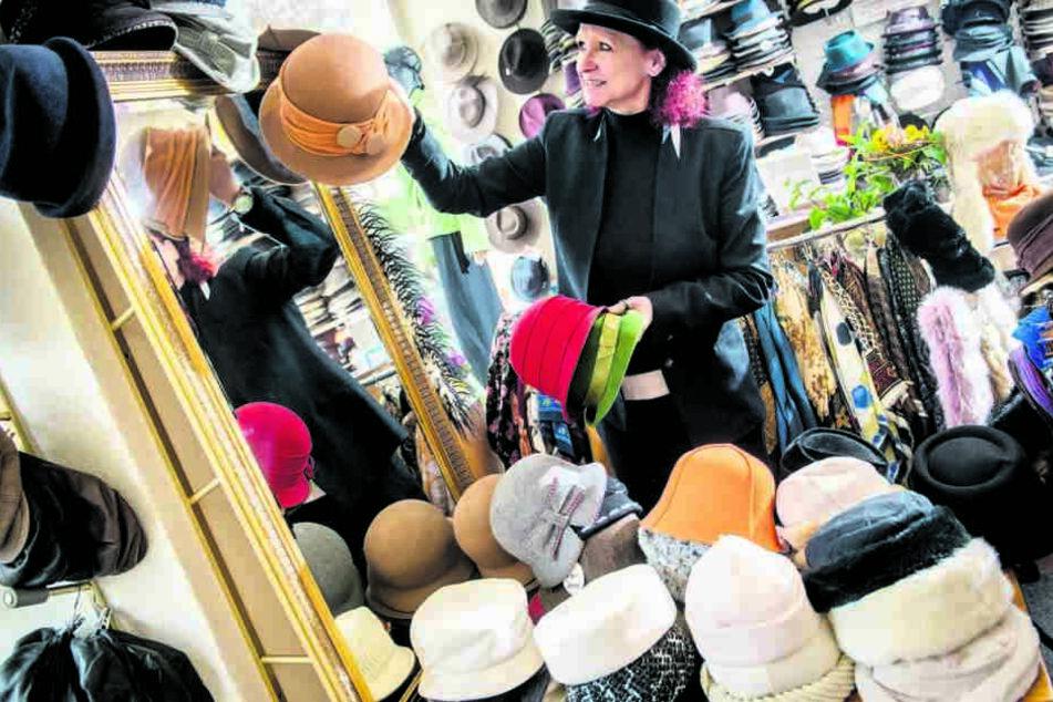 10.000 Produkte hat Kathrin Steinert in Laden und Lager: Mützen, Hüte, Bänder und Accessoires.