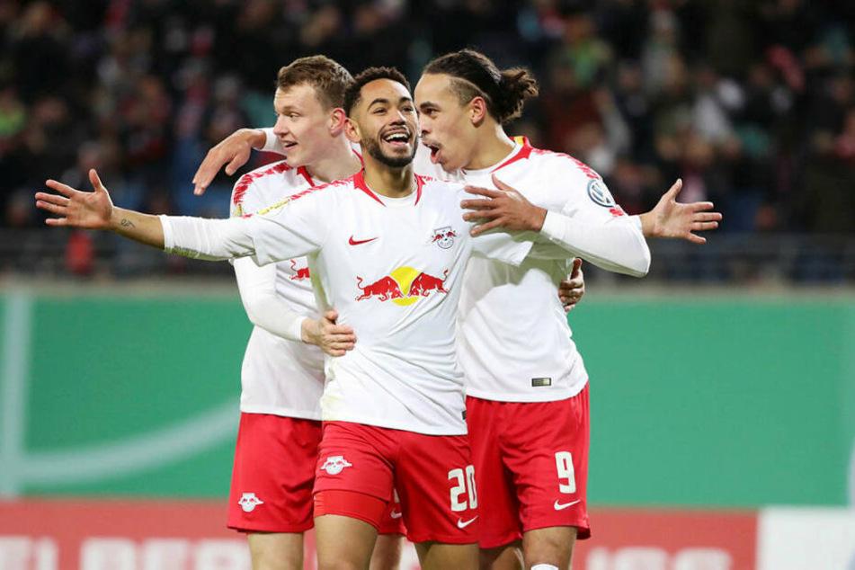 Torschütze Matheus Cunha (M.) ließ sich von Lukas Klostermann (l.) und Sturmpartner Yussuf Poulsen ordentlich abfeiern.