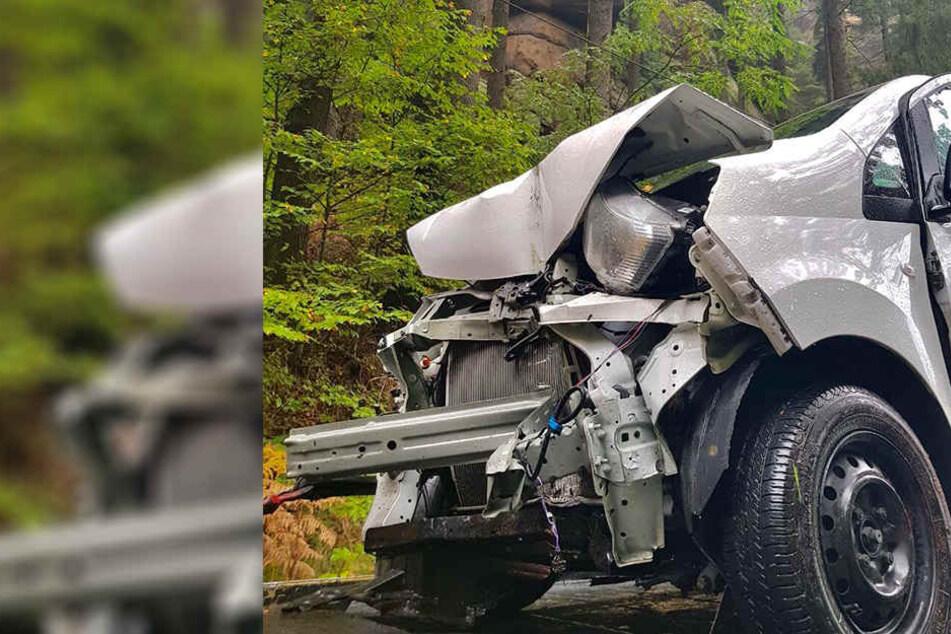 Eine Nissan-Fahrerin prallte mit ihrem Auto gegen einen Mast.