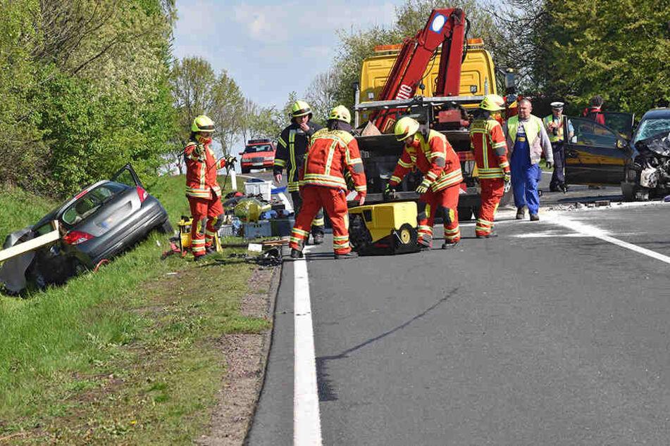 Wie die Polizei Leipzig mitteilte, war ein 61 Jahre alter Autofahrer am Mittag auf der Fahrt von Riesa nach Oschatz in den Gegenverkehr geraten und mit einem entgegenkommenden Wagen zusammengeprallt.