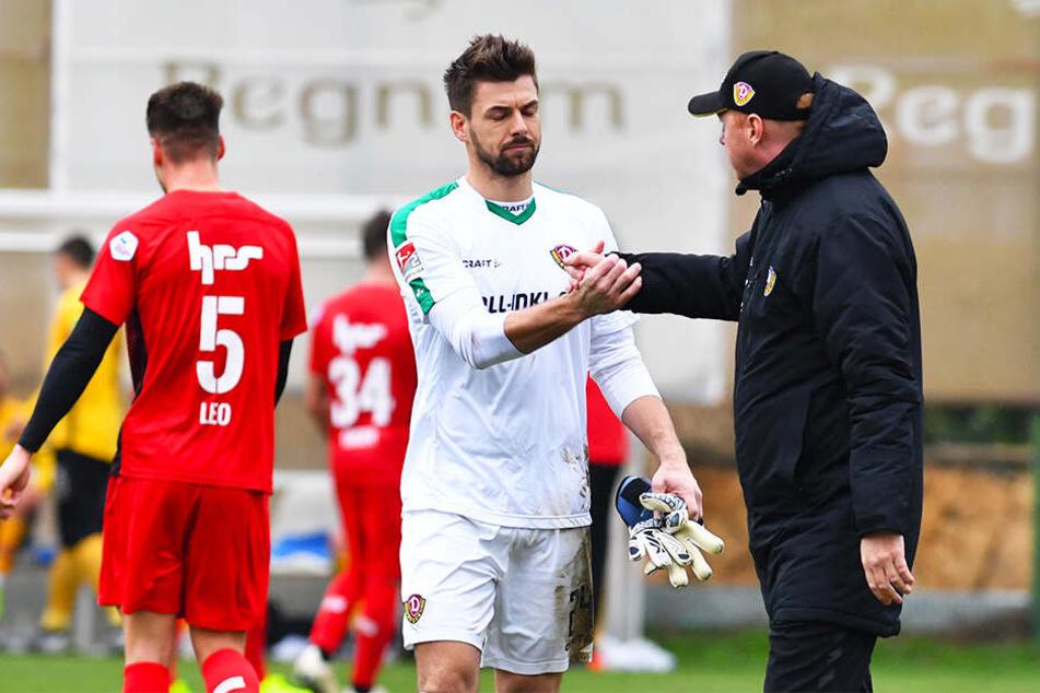 Shakehand zwischen Patrick Wiegers (l.) und Maik Walpurgis. Vom aktuellen Trainer fühlt sich der Torwart mehr wertgeschätzt.