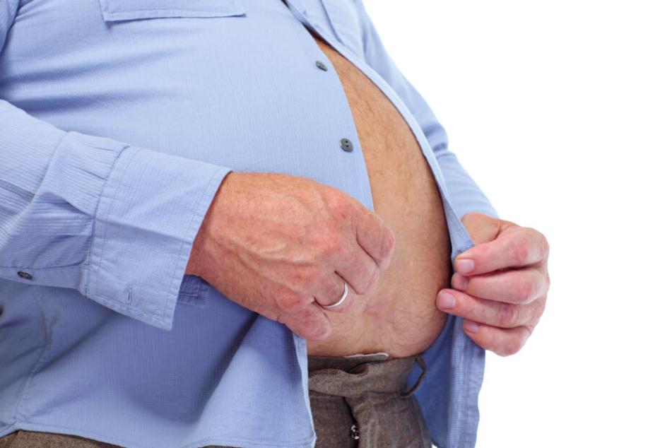 Der übergewichtige Mann ließ sich von den Stewardessen den Hintern abwischen.