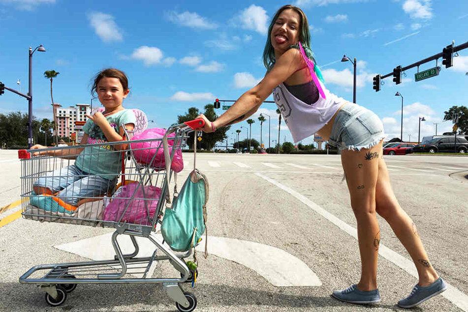 """Der beste Film des Jahres: """"The Florida Project"""". Halley (r., Bria Vinaite) versucht in diesem Meisterwerk trotz großer Geldnot alles, um ihrer Tochter Moonee (Brooklynn Prince) ein gutes Leben zu bieten."""