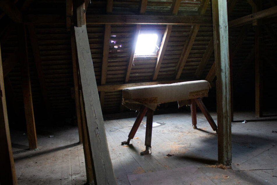 Auf dem Dachboden des Kinderheims steht dieser Sprungbock. Gerüchten zufolge soll dieser auch als Prügelbock verwendet worden sein.