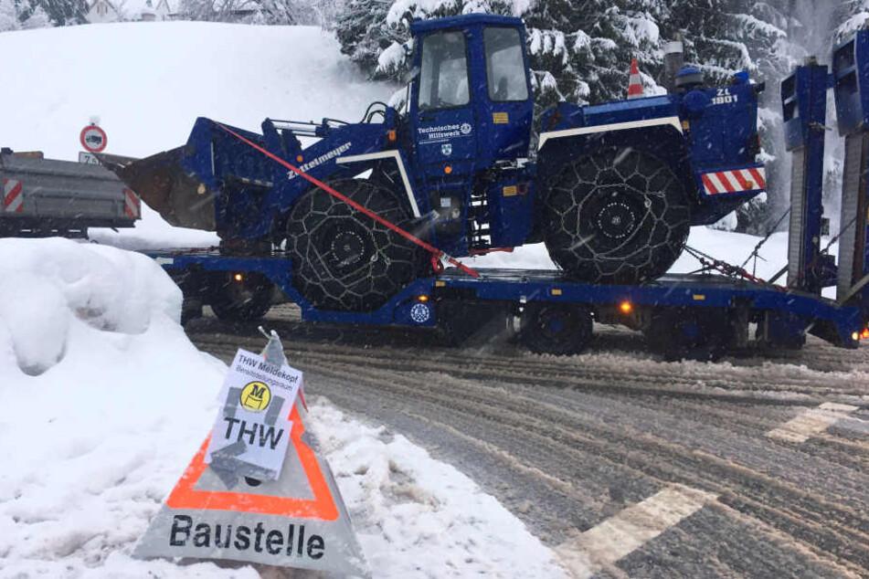 Das THW bringt im Kampf gegen die Schneemassen einen Radlader mit Ketten nach Berchtesgaden.
