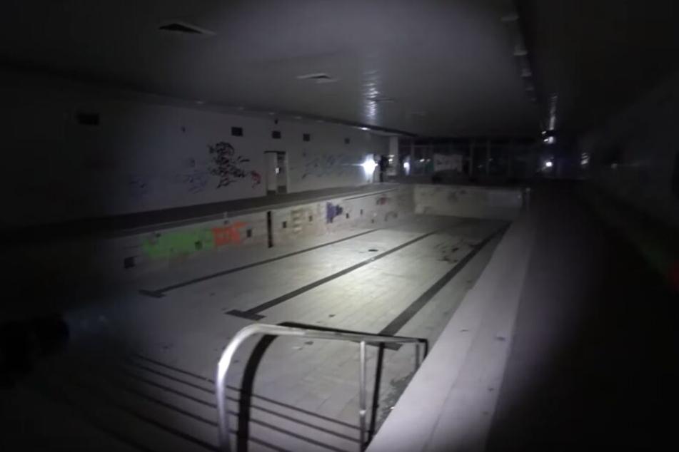 Ein großes Schwimmbad im Keller der alten DDR-Klinik.