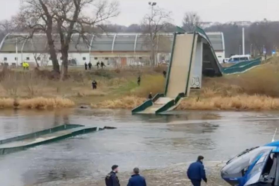 Fußgänger-Brücke in Prag stürzt ein! Menschen fallen in eiskalte Moldau