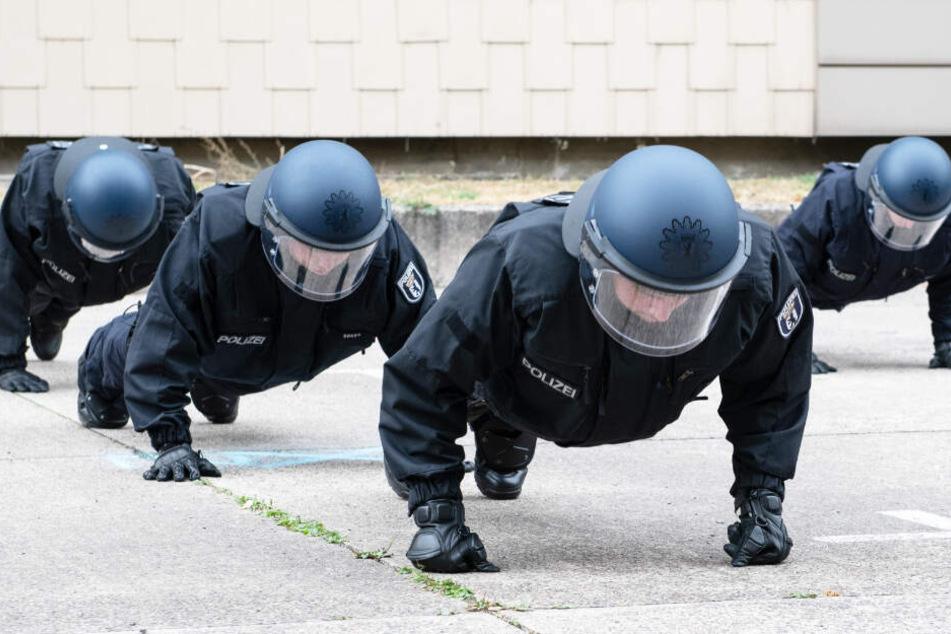 Ob Paul weiß, was auf ihn zukommt? Polizeischüler machen Liegestütz in voller Montur.