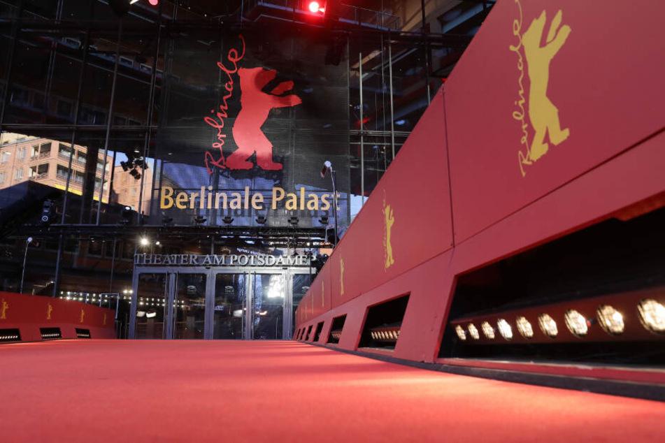 Der Rote Teppich liegt vor dem Berlinale-Palast. Zur 69. Berlinale hat das Festival erstmals einen recycelten roten Teppich ausgerollt.