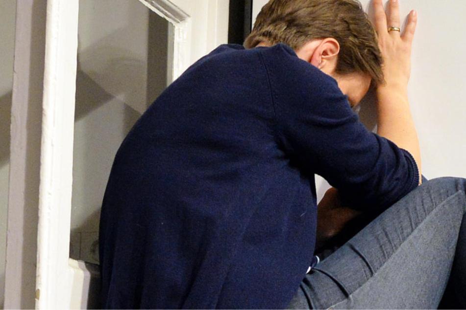 Erst als eine Anwohnerin die Schreie des Opfers hörte, ließ der Mann von der Frau ab (Symbolbild).