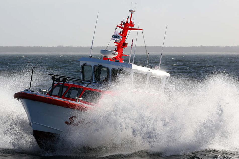 Die Seenotretter der Deutschen Gesellschaft zur Rettung Schiffbrüchiger (DGzRS) brachten die schwer erkrankte Frau (68) mit einem Seenotrettungskreuzer an Land.