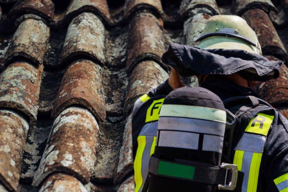Feuerwehrleute holten die Jugendlichen vom Dach. (Symbolbild/Fotomontage)