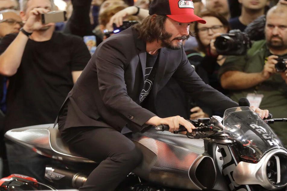 Keanu Reeves sitzt 2017 auf der EICMA-Motorradmesse in Mailand auf einem Arch H1-Motorrad.