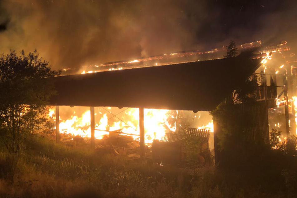 Das Feuer war noch weithin zu sehen (Symbolfoto).