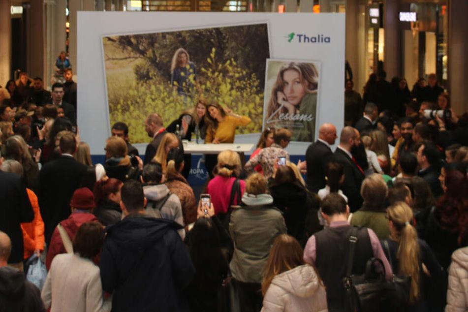 Viele Fans kamen zu der Autogrammstunde. Das Topmodel erfüllte zahlreiche Selfiewünsche.