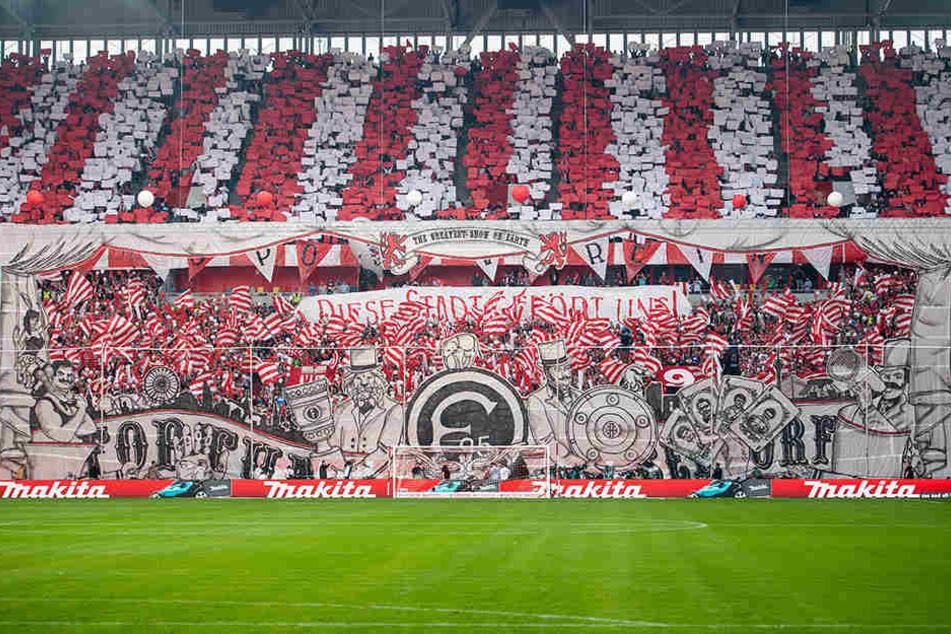 Die Fans von Fortuna Düsseldorf zeigten eine herrliche Choreografie, provozierten zuvor aber die Schalker Fans mit einem bösen Zettel.