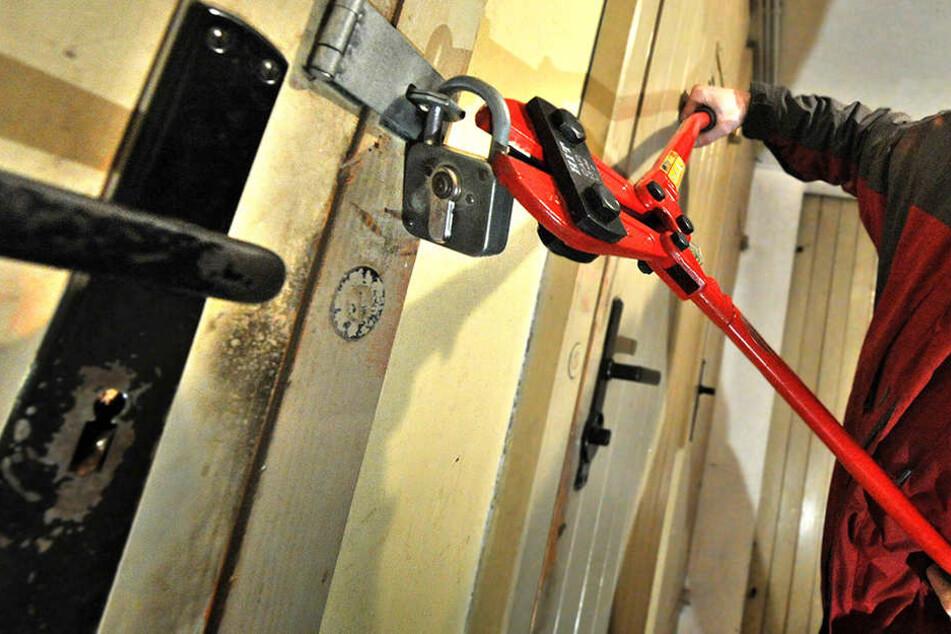 Mehrere Holzvorschläge hatte der Einbrecher geöffnet. (Symbolbild)