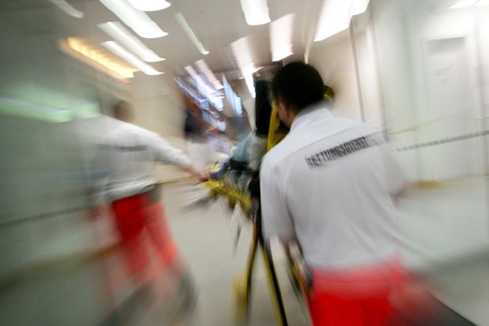 Die Verletzungen waren so schwer, dass der Mann ins Krankenhaus musste. (Symbolbild)