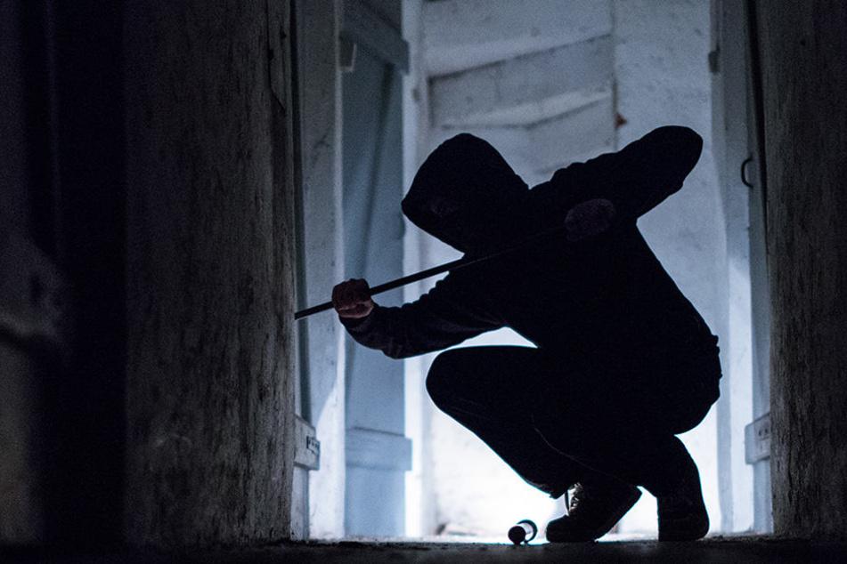Als der Mieter der Erdgeschosswohnung wach wurde, sah er unvermittelt einem Einbrecher ins Gesicht. (Symbolbild)