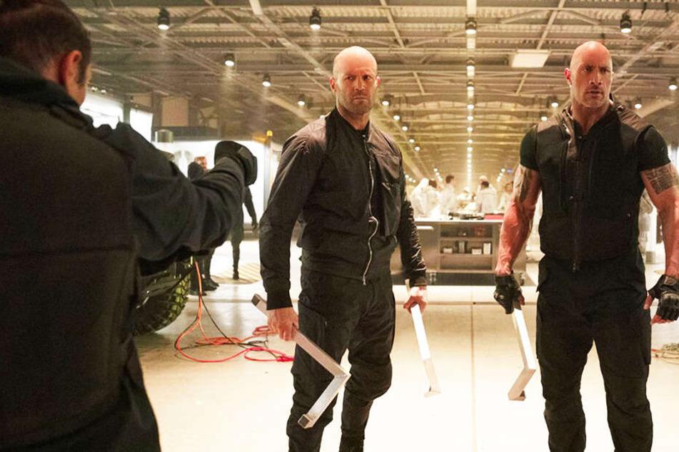 Deckard Shaw (l., Jason Statham) und Luke Hobbs (Dwayne Johnson) bekommen es mit mit vielen schweren Jungs zu tun.