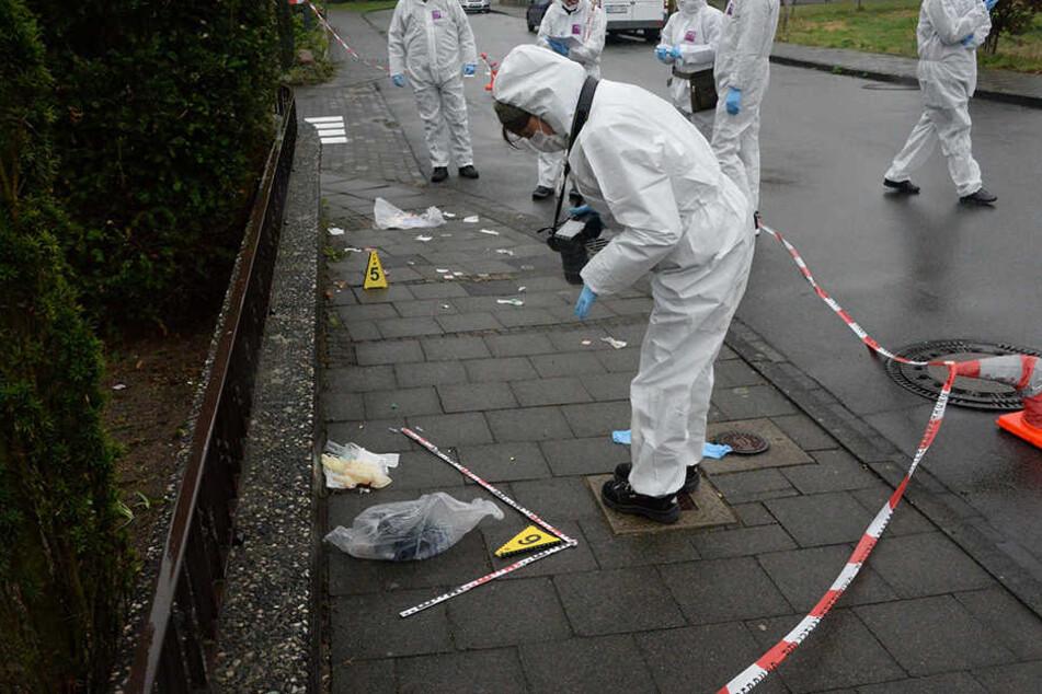 Noch dauern die Ermittlungen an. Am Tatort wurden zahlreiche Spuren gesichert. Ein Jugendlicher wurde dem Haftrichter vorgeführt.