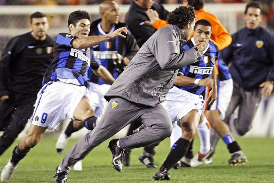 Die Jagdszenen des Kreisliga-Spiels erinnerten stark an dieses Foto, das kurz nach dem Champions-League-Spiel zwischen dem FC Valencia und Inter Mailand 2007 aufgenommen wurde. Damals verhängte die UEFA drastische Strafen.