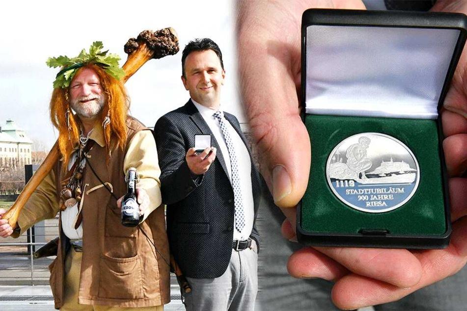 Braumeister Gunter Spies (54) ist der Riese von Riesa - und damit auch das Maskottchen vom 28. Tag der Sachsen. OB Marco Müller (42, CDU) zeigt die eigens entworfene Festmedaille.