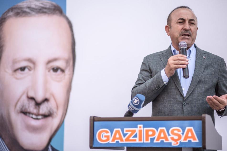 Mevlüt Cavusoglu, Außenminister der Türkei, spricht im Rahmen einer Wahlkampfveranstaltung.