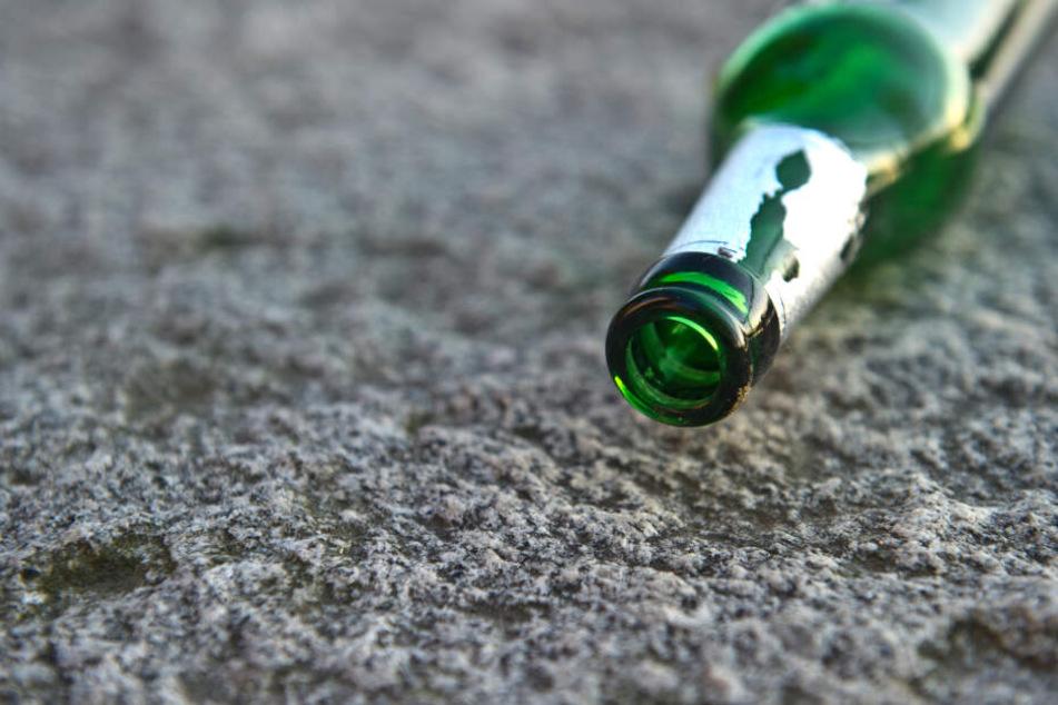 Eine leere Bierflasche liegt am Boden.